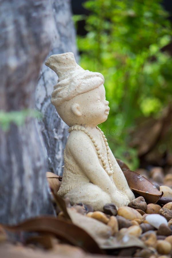 Weinig standbeeld van Ruesi of van de Kluizenaar in de tuin van Wat Chonprathan Rangsarit, Tiwanon-Road, Tambon-Klap Talat, Ampho stock foto