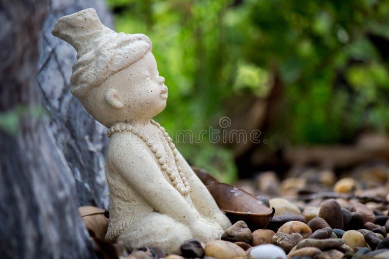 Weinig standbeeld van Ruesi of van de Kluizenaar in de tuin van Wat Chonprathan Rangsarit, Tiwanon-Road, Tambon-Klap Talat, Ampho royalty-vrije stock foto's