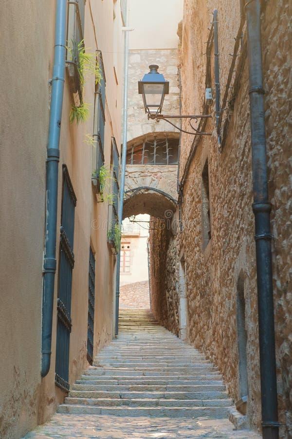 Weinig steegmanier in Girona stock fotografie