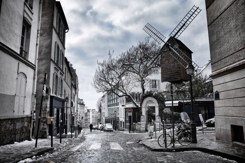Weinig straat in de winter in Montmartre, Parijs, Frankrijk stock afbeelding