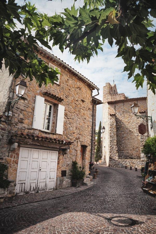 Weinig straat in Le Castellet, een klein dorp in de Provence, Frankrijk stock afbeeldingen