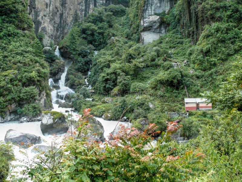 Weinig stroompost op Marsyangdi-rivier in Dharapani - Nepal stock afbeeldingen