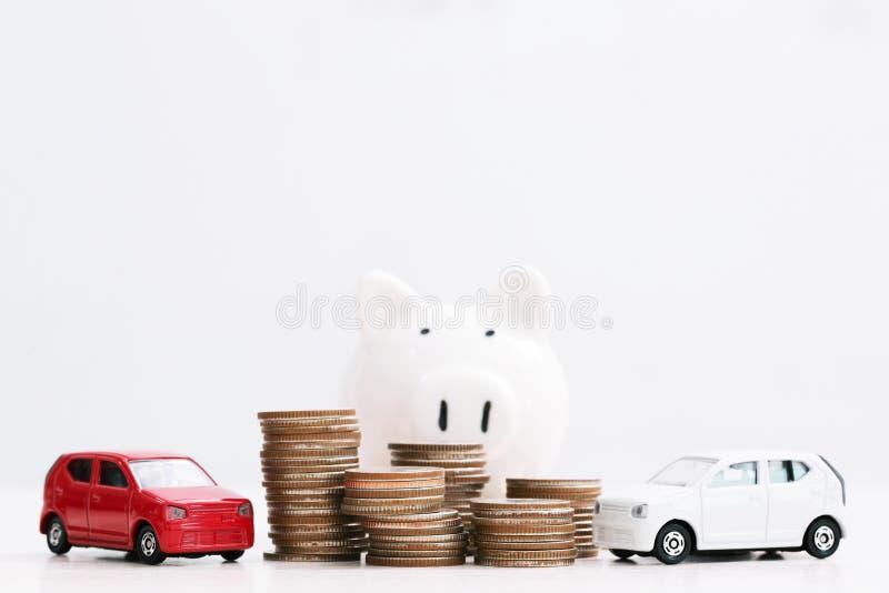 Weinig stuk speelgoed auto over heel wat geld stapelde muntstukken voor de financi stock afbeelding