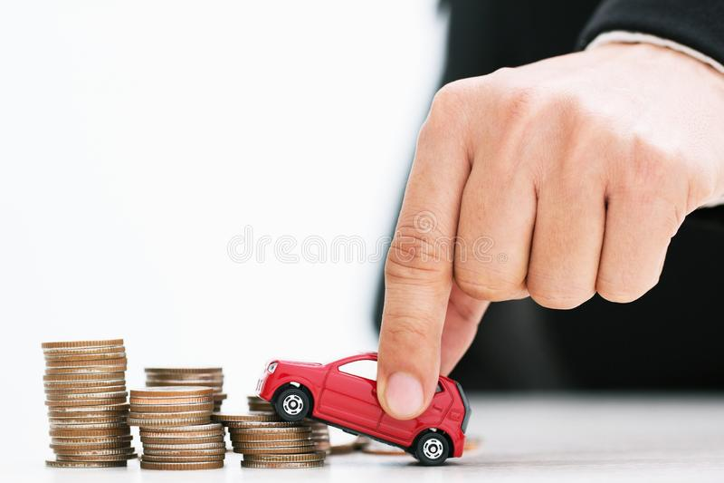 Weinig stuk speelgoed auto over heel wat geld stapelde muntstukken voor de financi stock foto's