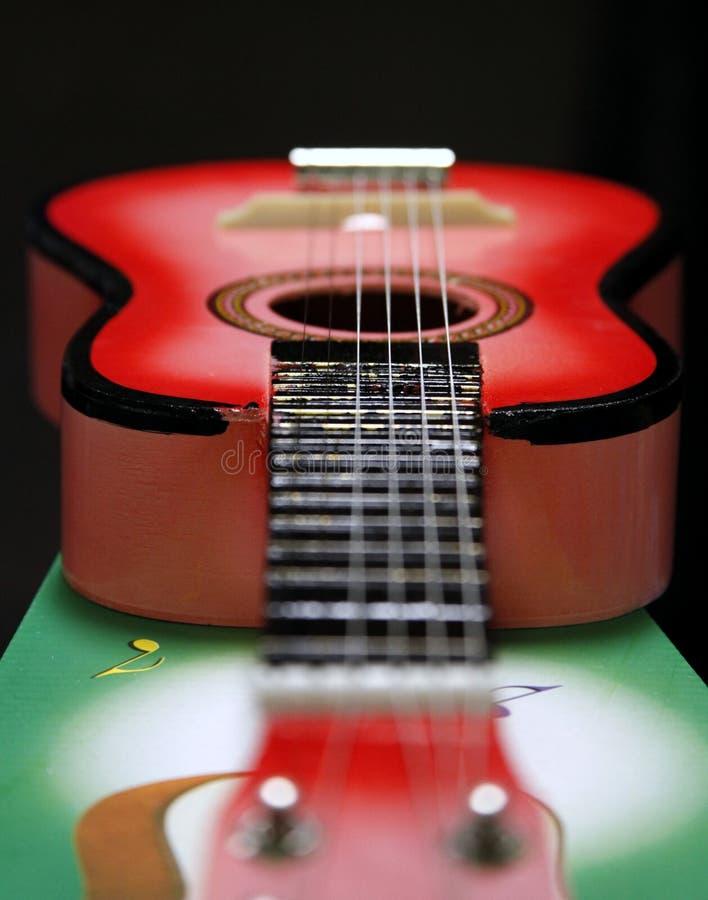 Weinig stuk speelgoed gitaar stock afbeelding