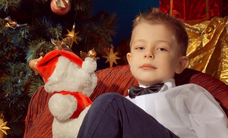 Weinig stuk speelgoed van de jongensholding draagt stock fotografie