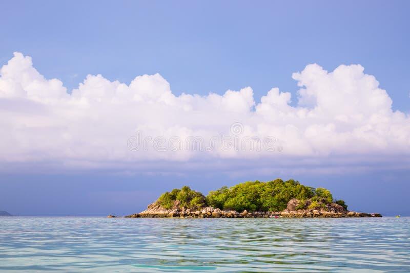 Weinig tropisch eiland in Thailand royalty-vrije stock afbeelding