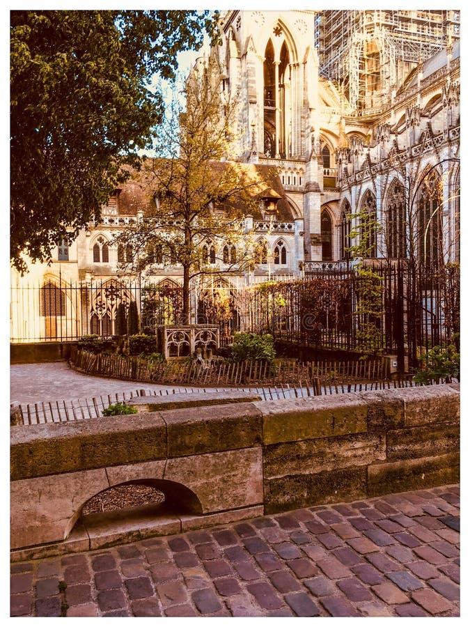 Weinig tuin door de kathedraal van Rouen stock afbeeldingen