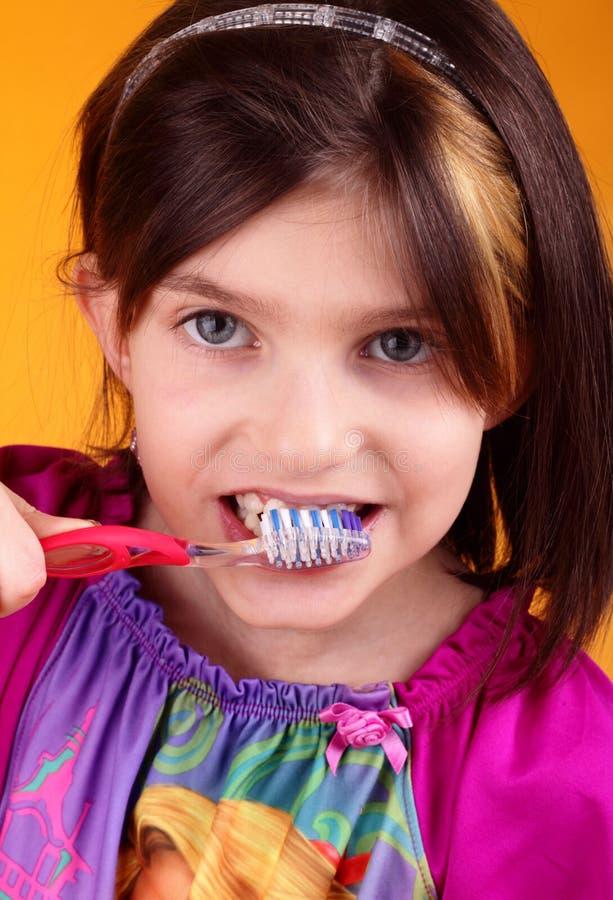 Weinig tween het borstelen tanden royalty-vrije stock afbeelding