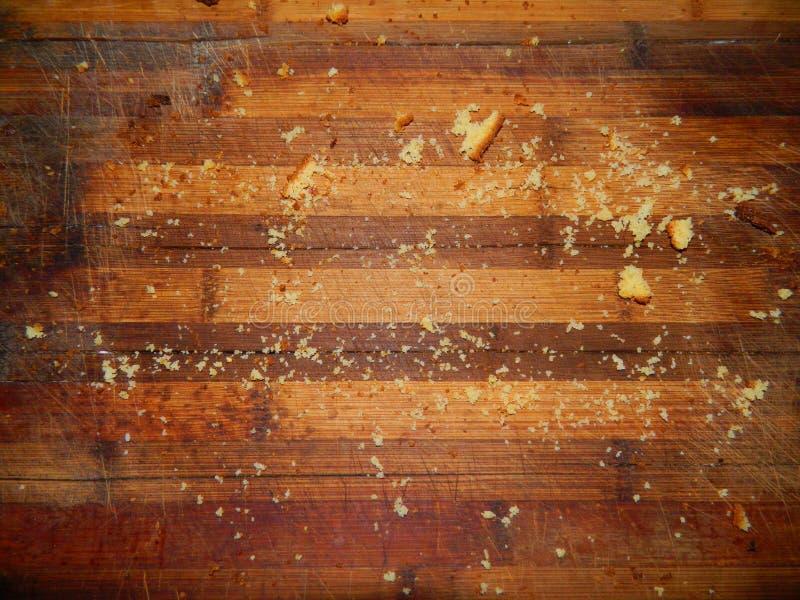 Weinig uit de gegeten cake op een houten raad royalty-vrije stock afbeelding