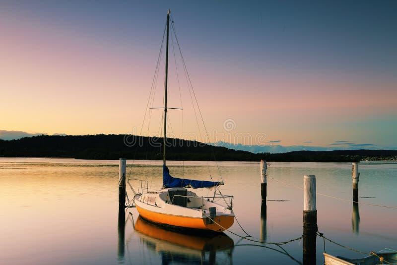 Weinig Varende Boot in Woy Woy bij zonsopgang stock foto's