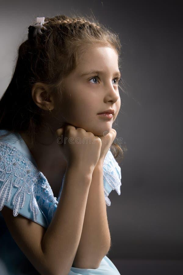 Weinig vrij nadenkend meisje op de leunstoel stock fotografie