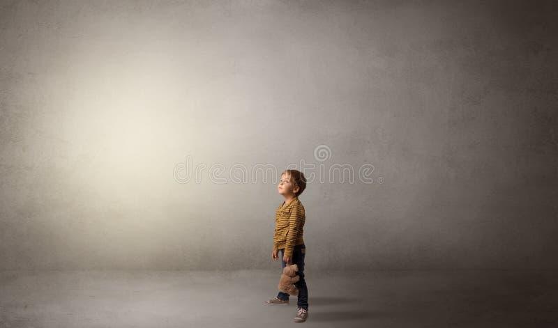 Weinig waggish jong geitje in een lege ruimte stock fotografie