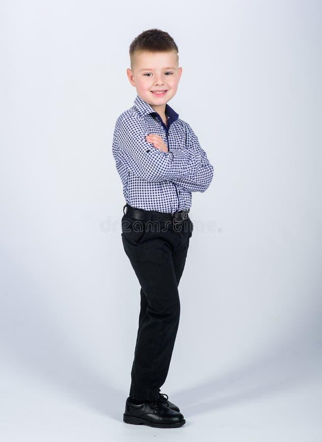 Weinig werkgever r E Het moderne leven Bedrijfseigenaar kleine jongen met zaken royalty-vrije stock afbeelding