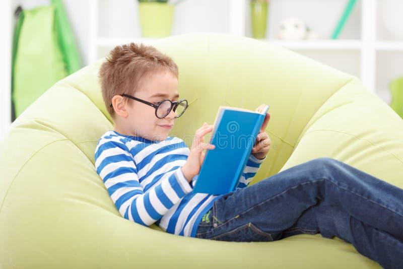 Weinig wijze jongenslezing van boek stock afbeeldingen