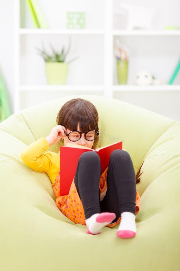 Weinig wijze meisjeslezing van boek stock afbeeldingen
