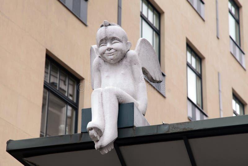 Weinig wit engelenstandbeeld in Oude Stad, Vilnius, Litouwen royalty-vrije stock afbeelding