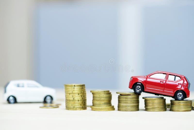 Weinig witte en rode auto twee over heel wat geld gestapelde muntstukken royalty-vrije stock fotografie