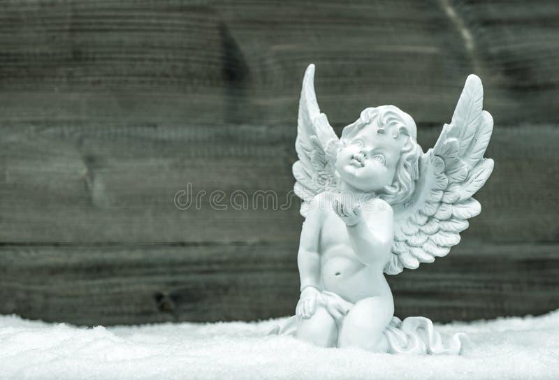 Weinig witte engel in sneeuw De decoratie van Kerstmis royalty-vrije stock afbeeldingen