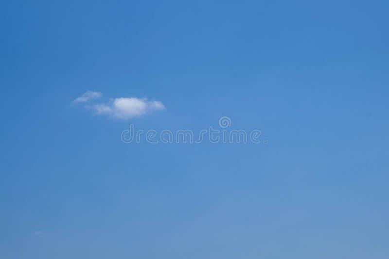 Weinig wolk met blauwe hemelachtergrond royalty-vrije stock afbeeldingen