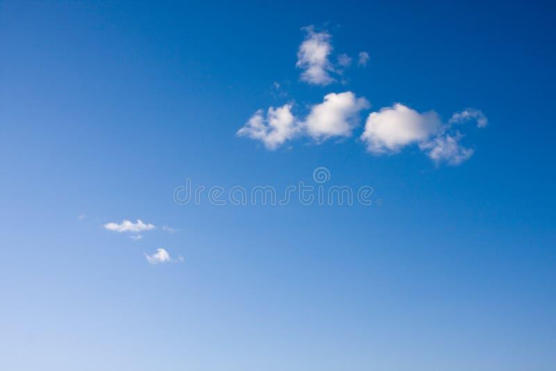Weinig wolken op een blauwe hemel stock foto