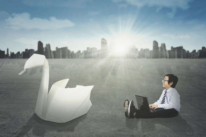 Weinig zakenman en origamizwaan stock afbeeldingen