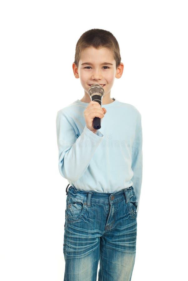 Weinig zangerjongen met microfoon stock afbeelding