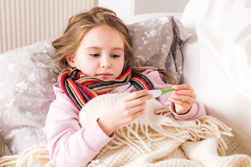 Weinig ziek meisje die temperatuur controleren royalty-vrije stock afbeeldingen