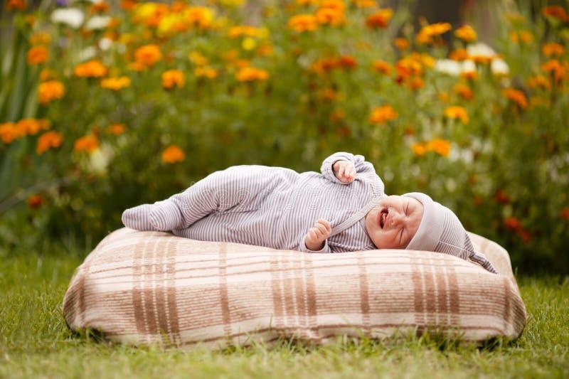 Weinig zoete slaapbaby in openlucht stock afbeelding
