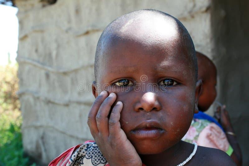 Weinig zwart meisje met een vuil gezicht, close-upportret stock afbeeldingen