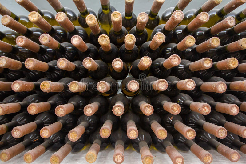 Weinkeller, eine Reihe von Flaschen stockfotos