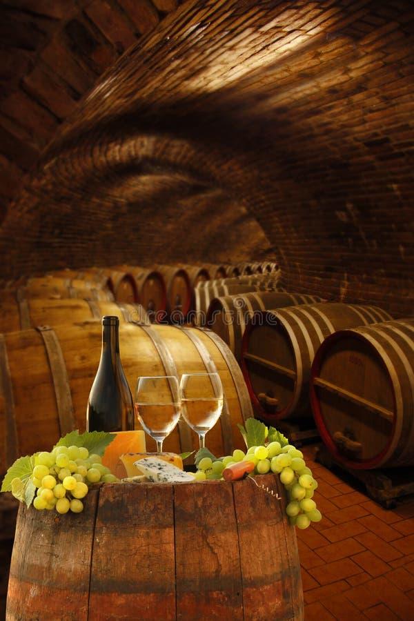 Weinkeller mit Gläsern Weißwein stockfotografie