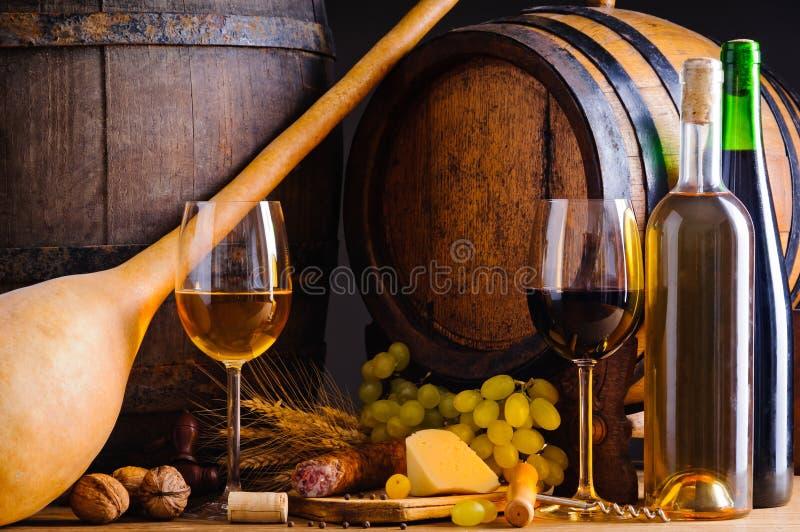 Weinkellerei mit Nahrung und Wein stockfotos