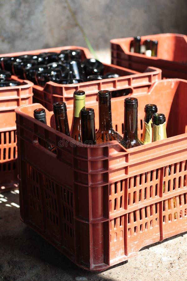 Weinkellereiausrüstung, Weinflaschen in den roten Kästen stockbild