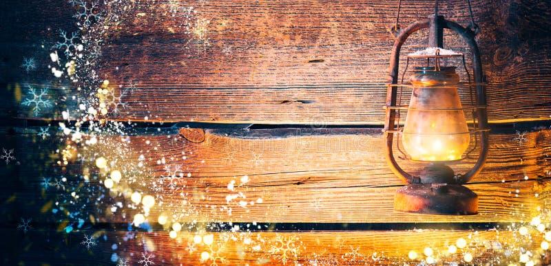 Weinleseöllampe über Weihnachtshölzernem Hintergrund stockfoto