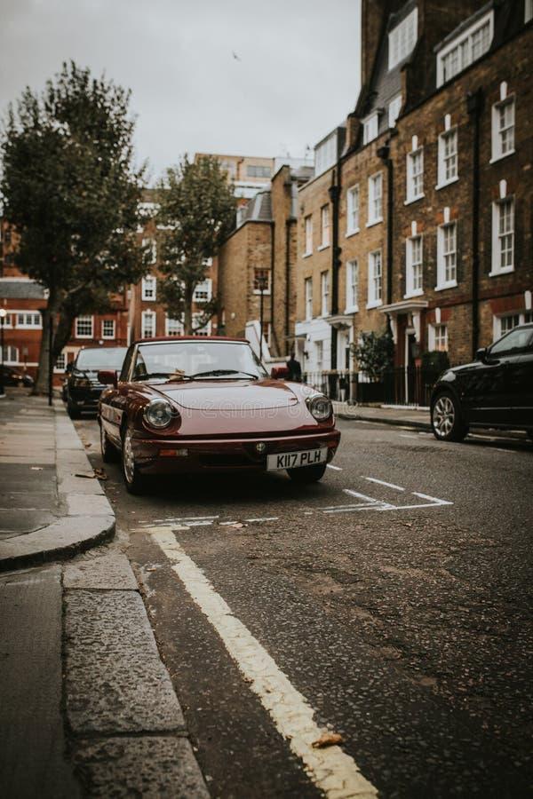 Weinlese Alfa Romeo geparkt in einer englischen Straße lizenzfreie stockfotos