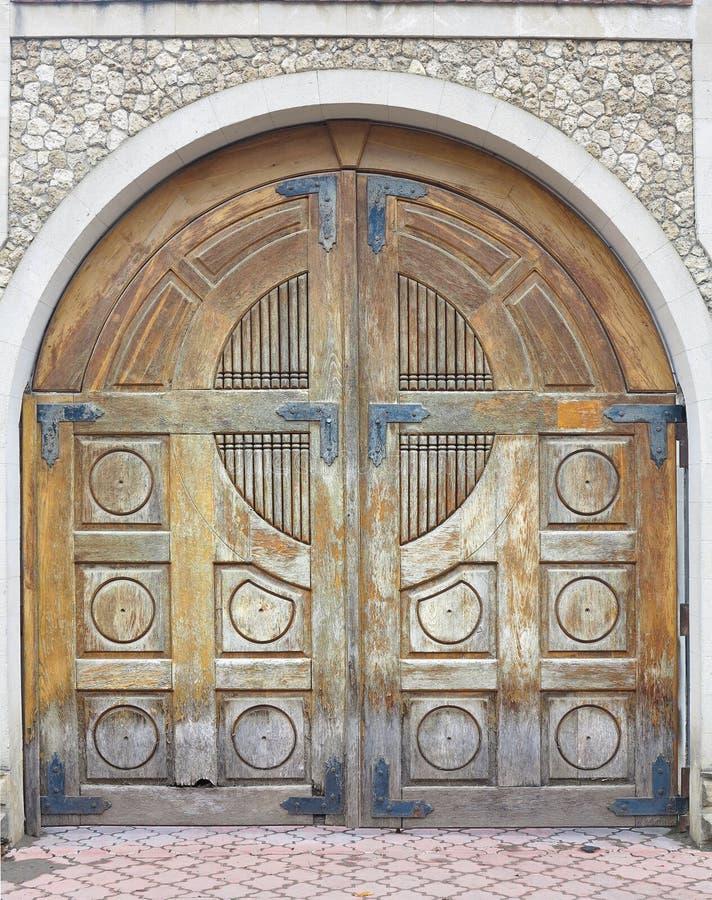 Weinlese alterte braunes altes hölzernes Tor in der Backsteinmauer lizenzfreie stockbilder