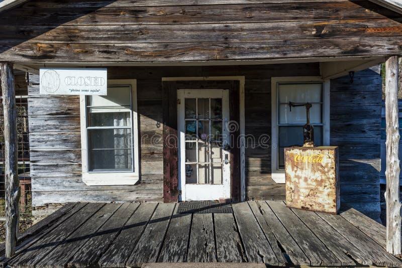 Weinlese Americana- Haupt- Ost-Texas - alte Speicherfront mit Coca Cola-Gefrierschrank, der ist Haus, unten lizenzfreie stockbilder