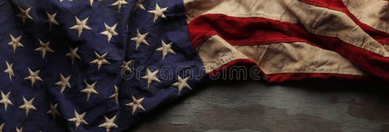 Weinlese-amerikanische Flagge für Volkstrauertag oder Veteran ` s Tageshintergrund lizenzfreies stockbild