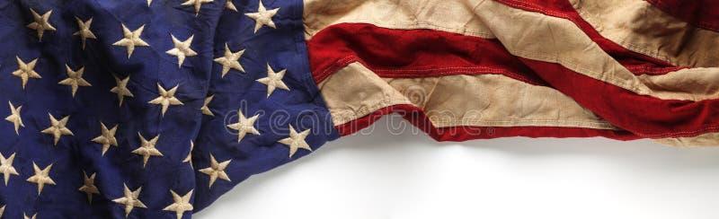Weinlese-amerikanische Flagge für Volkstrauertag oder Veteran ` s Tageshintergrund stockbild