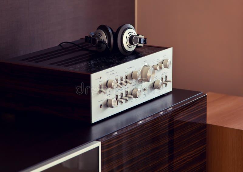 Weinlese-Audiostereoverstärker mit Kopfhörern stockfoto