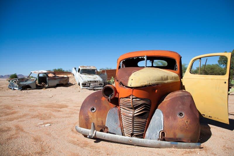 Weinlese-Auto ruiniert in der Wüste von Namibia stockfotografie