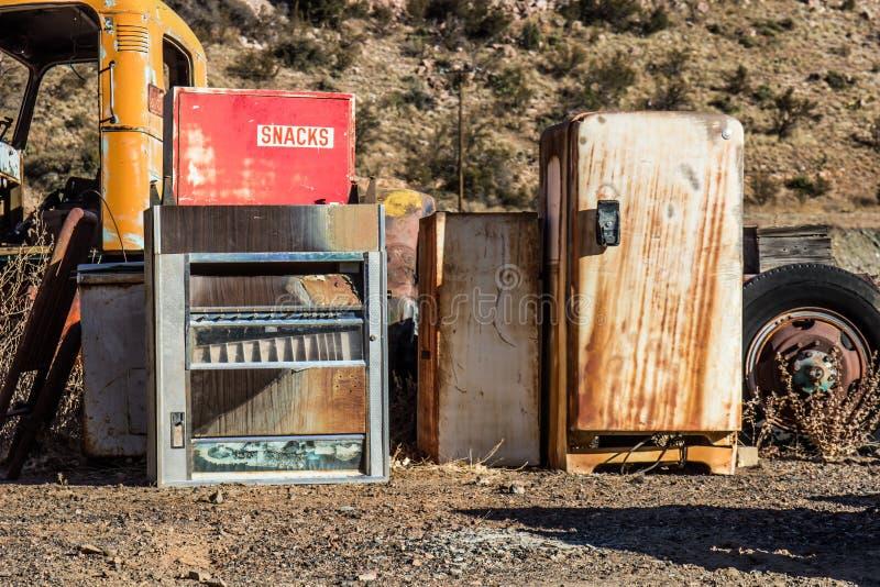 Weinlese-Automat u. alter Kühlschrank lizenzfreie stockbilder