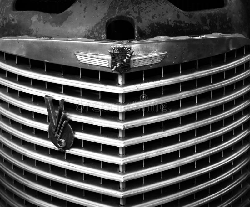 Weinlese-Automobilfrontgrill von Cadillac 16 B&W stockbild