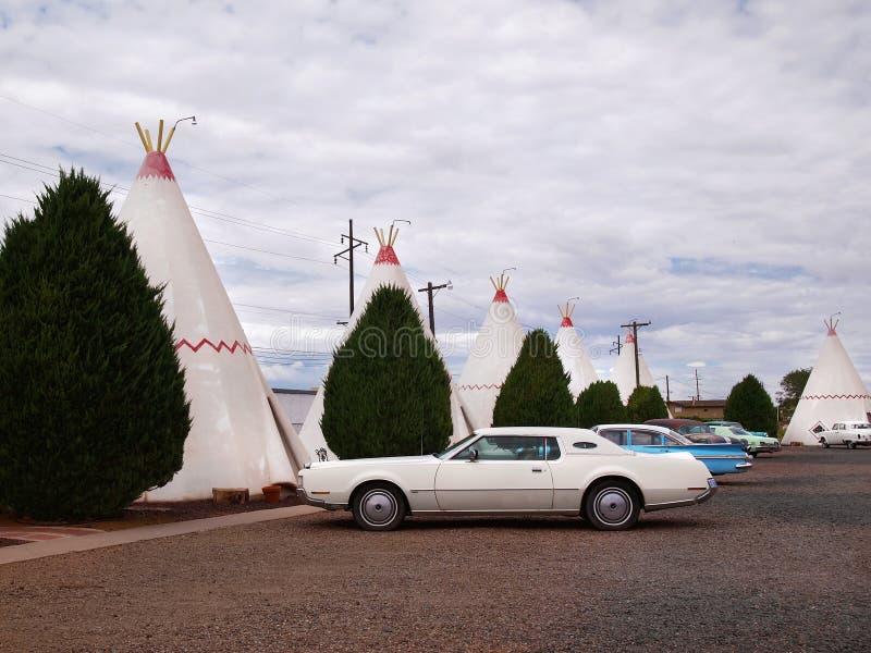Weinlese-Autos und Tipi in Arizona stockfotografie
