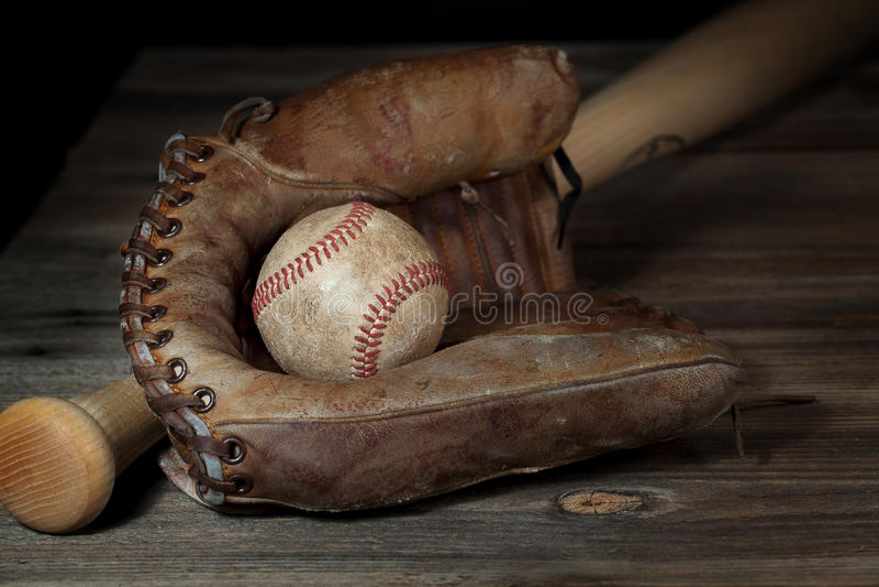 Weinlese-Baseball in Handschuh 2 lizenzfreie stockbilder