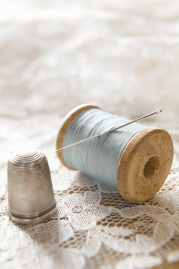 Weinlese-Baumwollbandspule mit Nadel-und Silber-Muffe stockbild