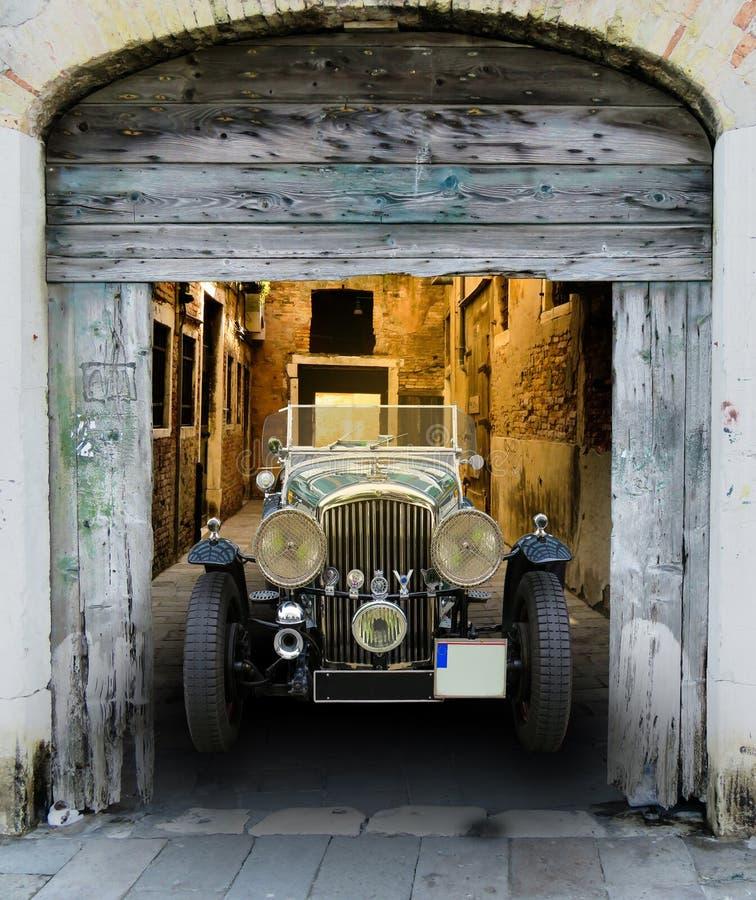 Weinlese Bentley in der hölzernen Scheune stockfoto