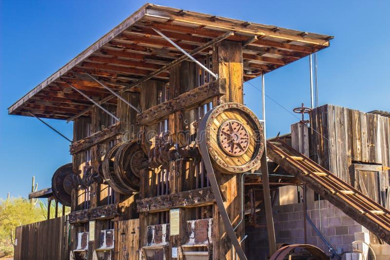 Weinlese-Bergbau-Felsen, der Ausrüstung zerquetscht lizenzfreie stockfotos