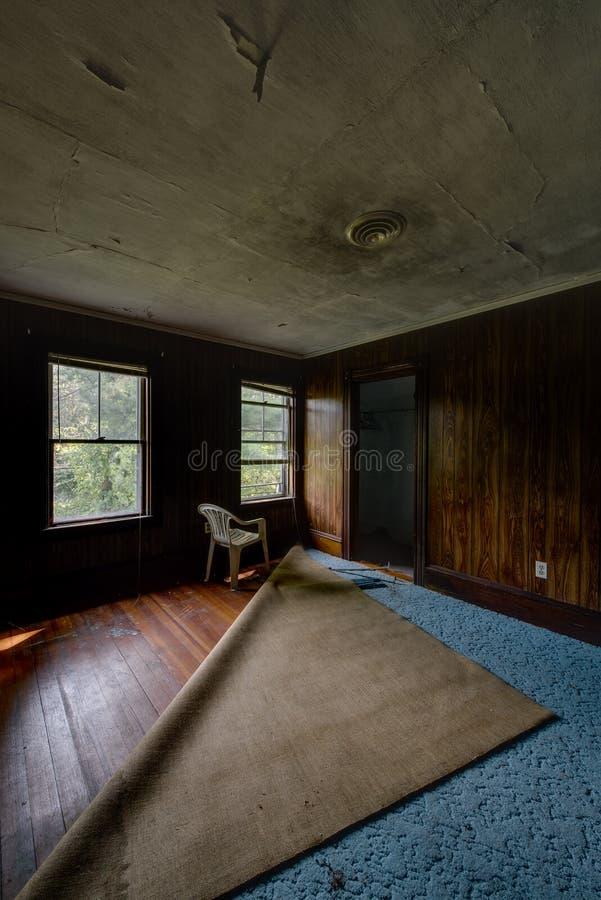 Weinlese-blauer Teppich u. hölzerne Täfelung Browns - verlassenes Haus lizenzfreie stockfotos